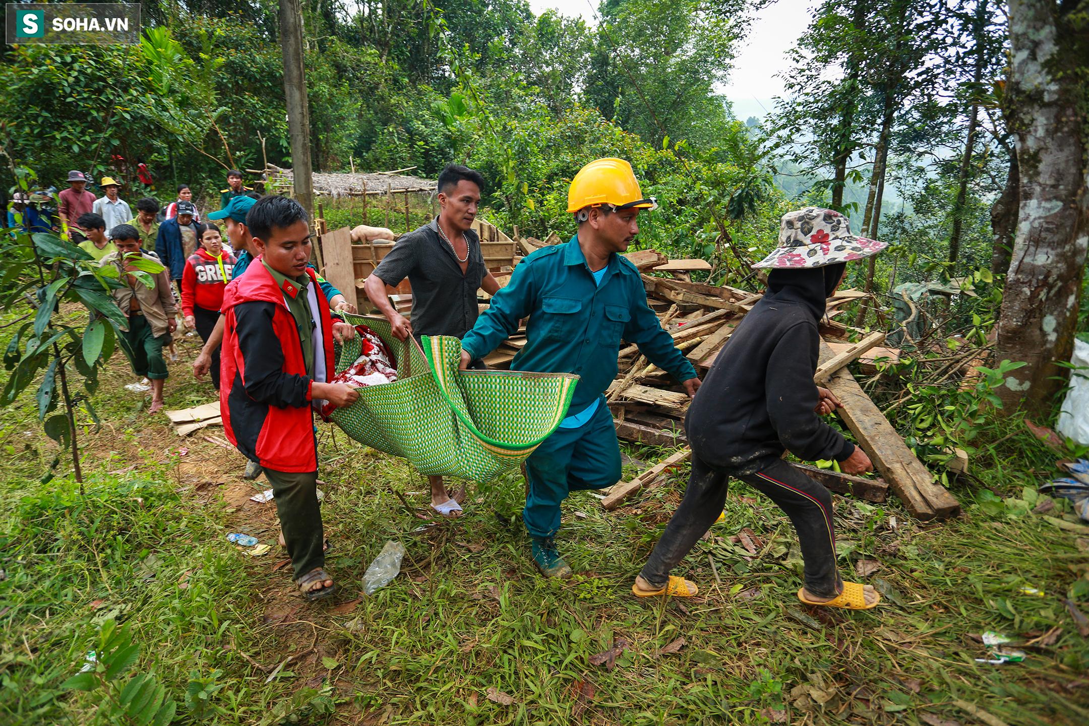 [Ảnh] Dân làng khóc nghẹn khi tìm thấy bé trai 10 tháng tuổi dưới lớp bùn đất vụ sạt lở ở Trà Leng - Ảnh 8.