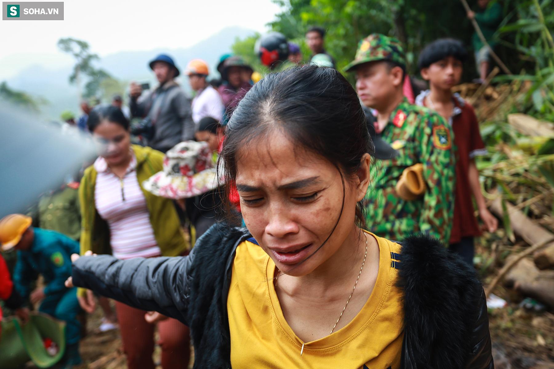 [Ảnh] Dân làng khóc nghẹn khi tìm thấy bé trai 10 tháng tuổi dưới lớp bùn đất vụ sạt lở ở Trà Leng - Ảnh 5.