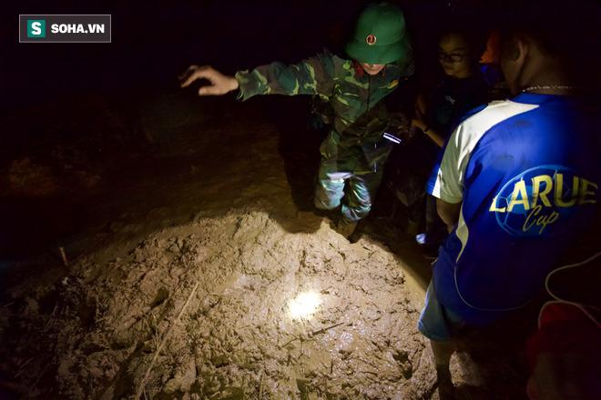 Bộ đội xuyên đêm băng rừng, vượt bùn lầy ngập nửa người để tiếp tế lương thực cho Trà Leng - Ảnh 2.