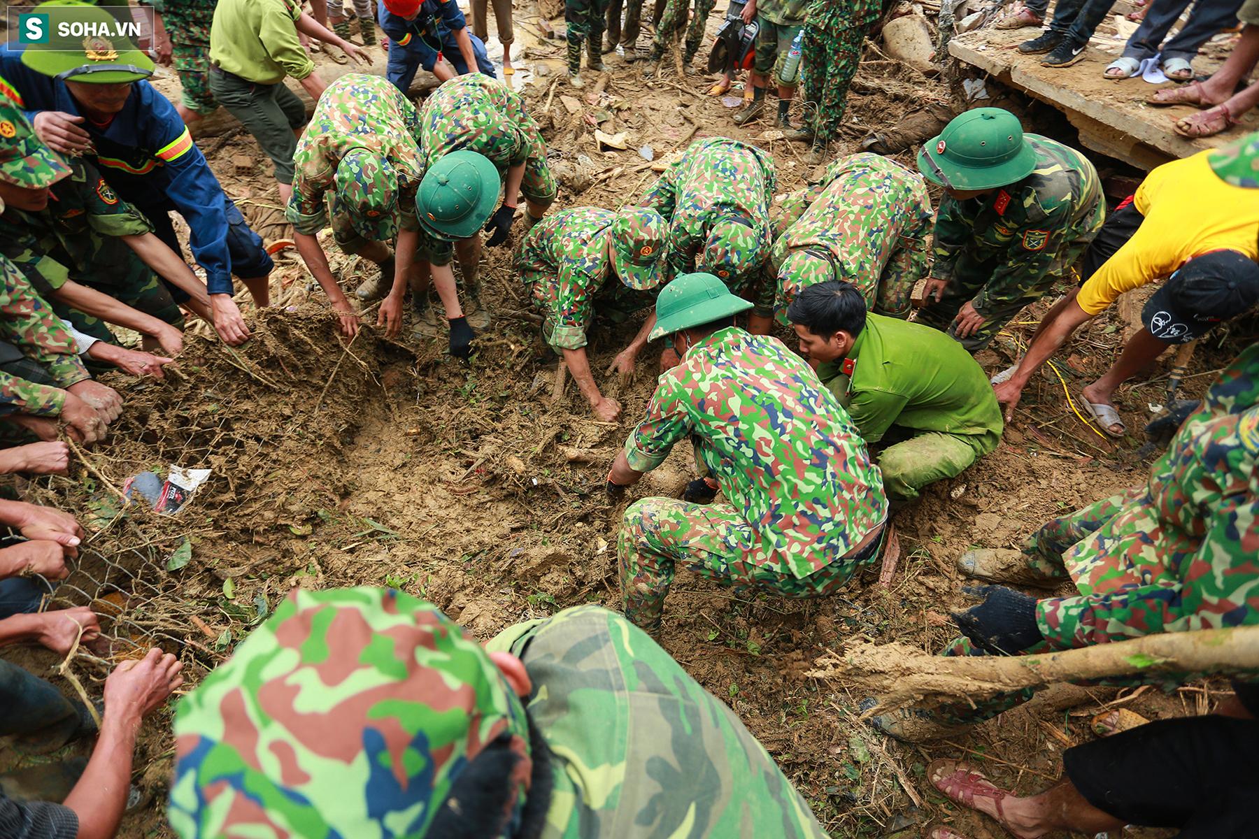 [Ảnh] Dân làng khóc nghẹn khi tìm thấy bé trai 10 tháng tuổi dưới lớp bùn đất vụ sạt lở ở Trà Leng - Ảnh 6.