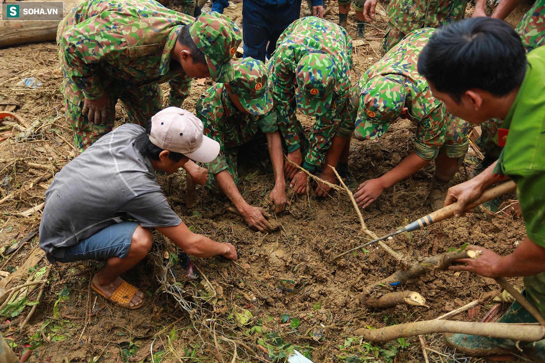[Ảnh] Dân làng khóc nghẹn khi tìm thấy bé trai 10 tháng tuổi dưới lớp bùn đất vụ sạt lở ở Trà Leng - Ảnh 4.