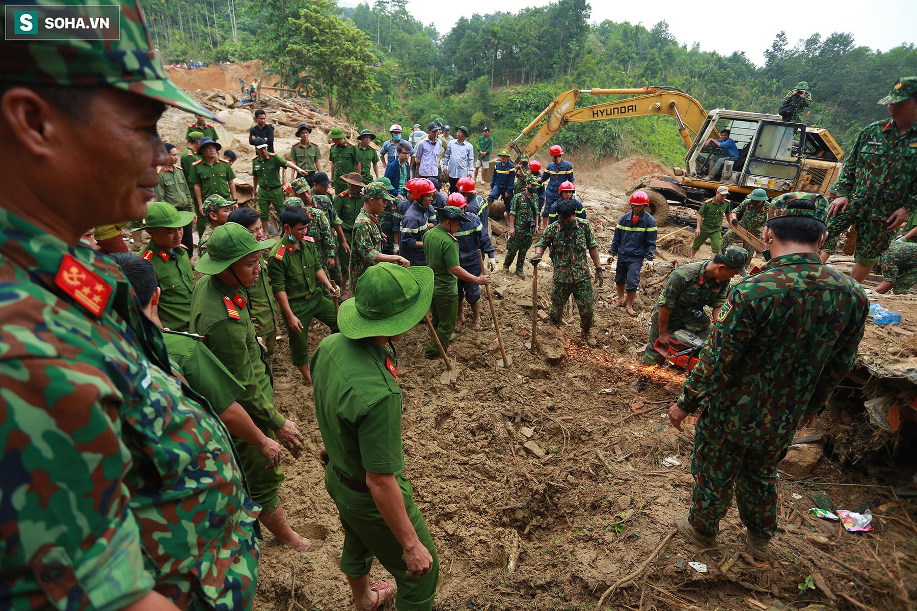 [Ảnh] Dân làng khóc nghẹn khi tìm thấy bé trai 10 tháng tuổi dưới lớp bùn đất vụ sạt lở ở Trà Leng - Ảnh 12.