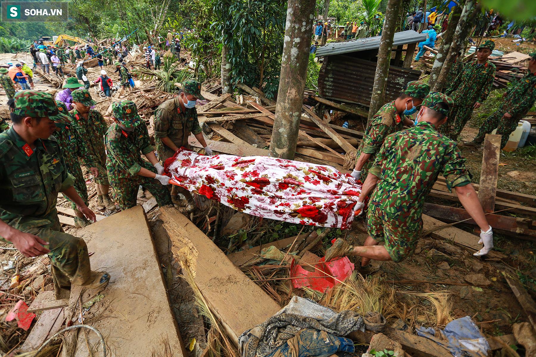 [Ảnh] Dân làng khóc nghẹn khi tìm thấy bé trai 10 tháng tuổi dưới lớp bùn đất vụ sạt lở ở Trà Leng - Ảnh 14.