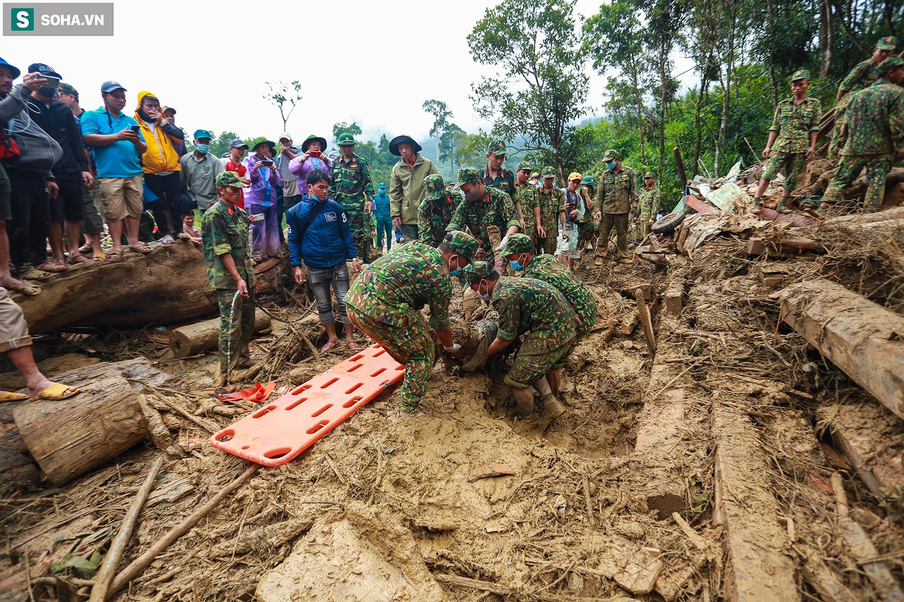 [Ảnh] Dân làng khóc nghẹn khi tìm thấy bé trai 10 tháng tuổi dưới lớp bùn đất vụ sạt lở ở Trà Leng - Ảnh 13.
