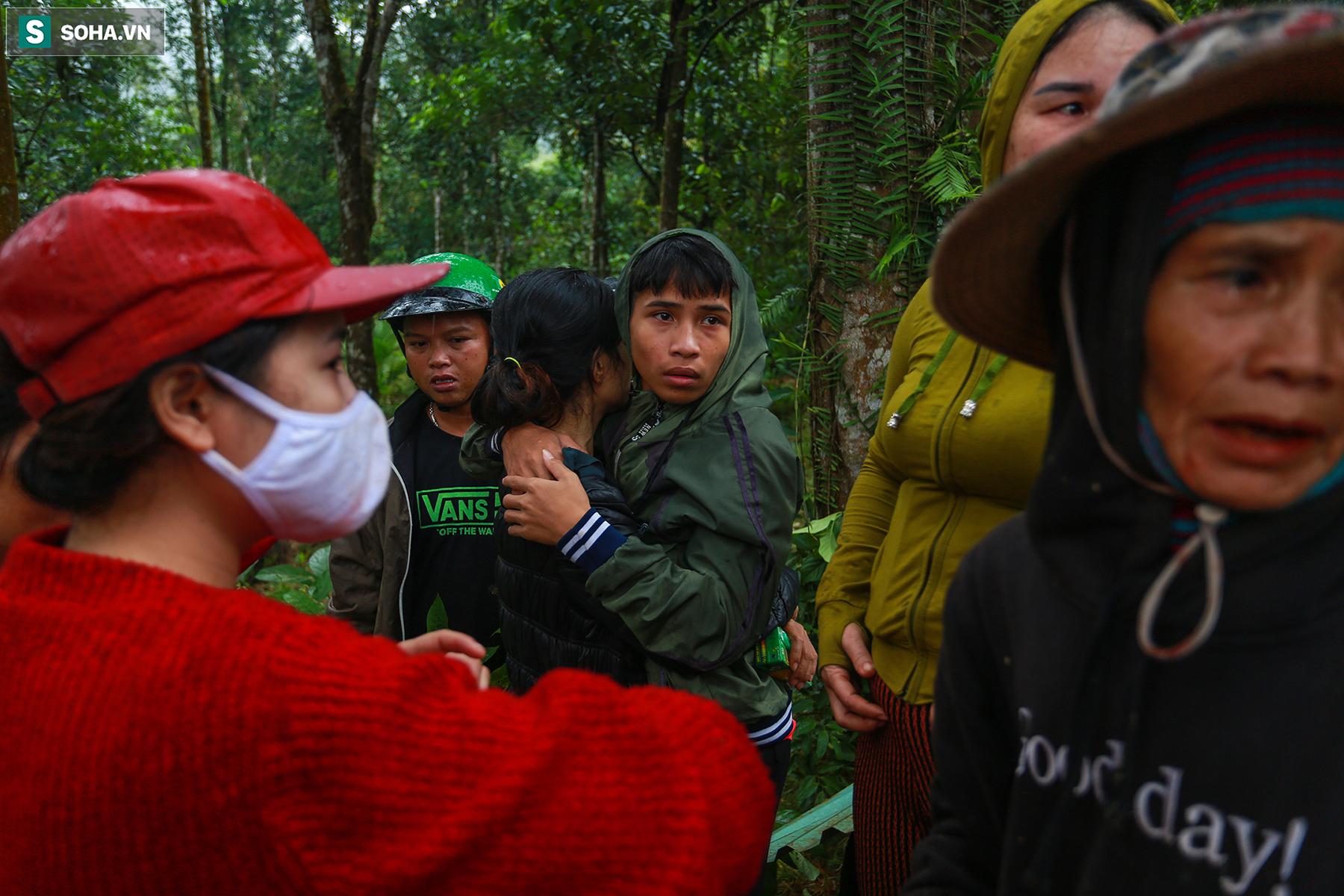[Ảnh] Dân làng khóc nghẹn khi tìm thấy bé trai 10 tháng tuổi dưới lớp bùn đất vụ sạt lở ở Trà Leng - Ảnh 9.