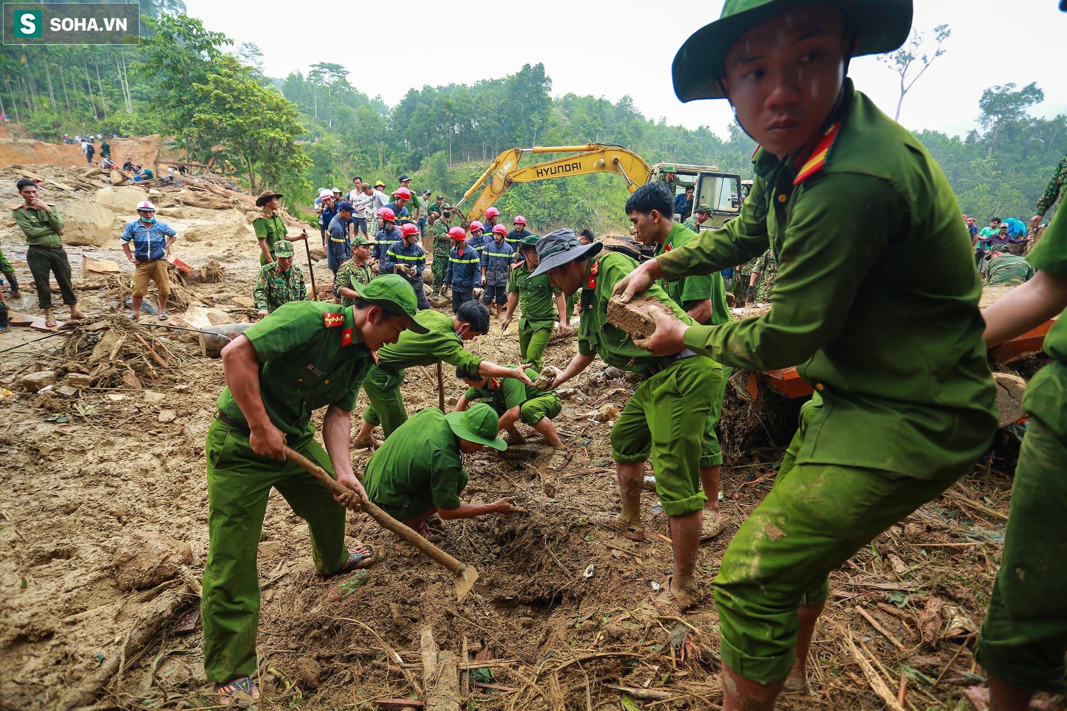 Ảnh: Dân làng khóc nghẹn khi tìm thấy bé trai 10 tháng tuổi dưới lớp bùn đất vụ sạt lở ở Trà Leng - Ảnh 2.