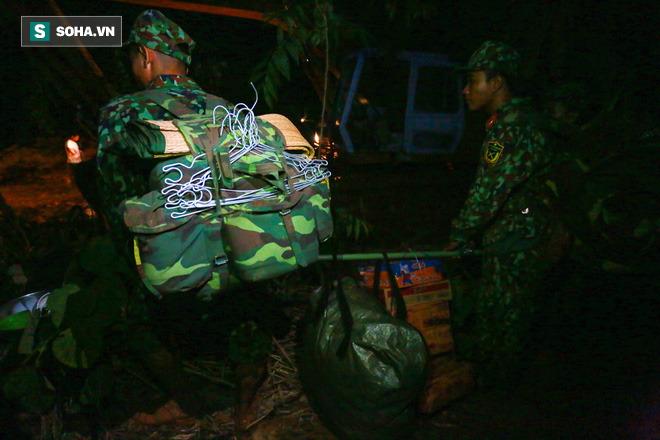 Bộ đội xuyên đêm băng rừng, vượt bùn lầy ngập nửa người để tiếp tế lương thực cho Trà Leng - Ảnh 8.