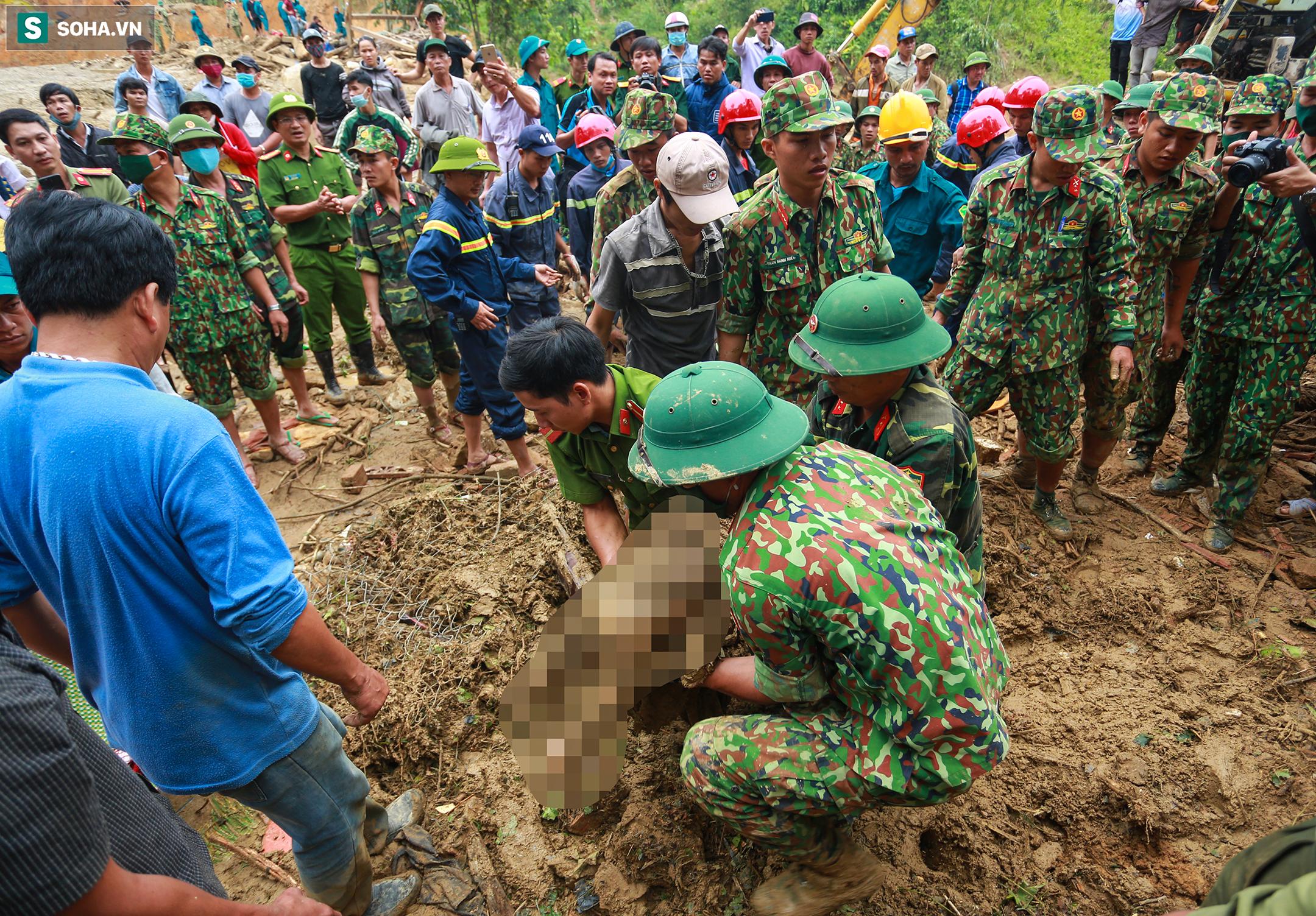 [Ảnh] Dân làng khóc nghẹn khi tìm thấy bé trai 10 tháng tuổi dưới lớp bùn đất vụ sạt lở ở Trà Leng - Ảnh 7.