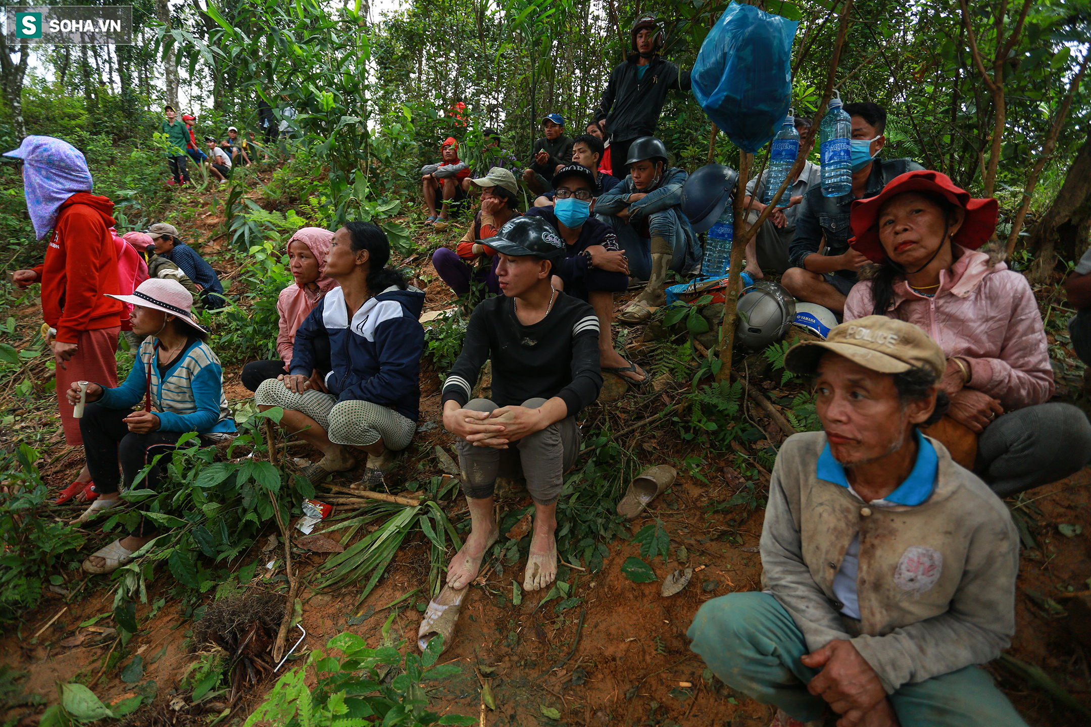 [Ảnh] Dân làng khóc nghẹn khi tìm thấy bé trai 10 tháng tuổi dưới lớp bùn đất vụ sạt lở ở Trà Leng - Ảnh 11.