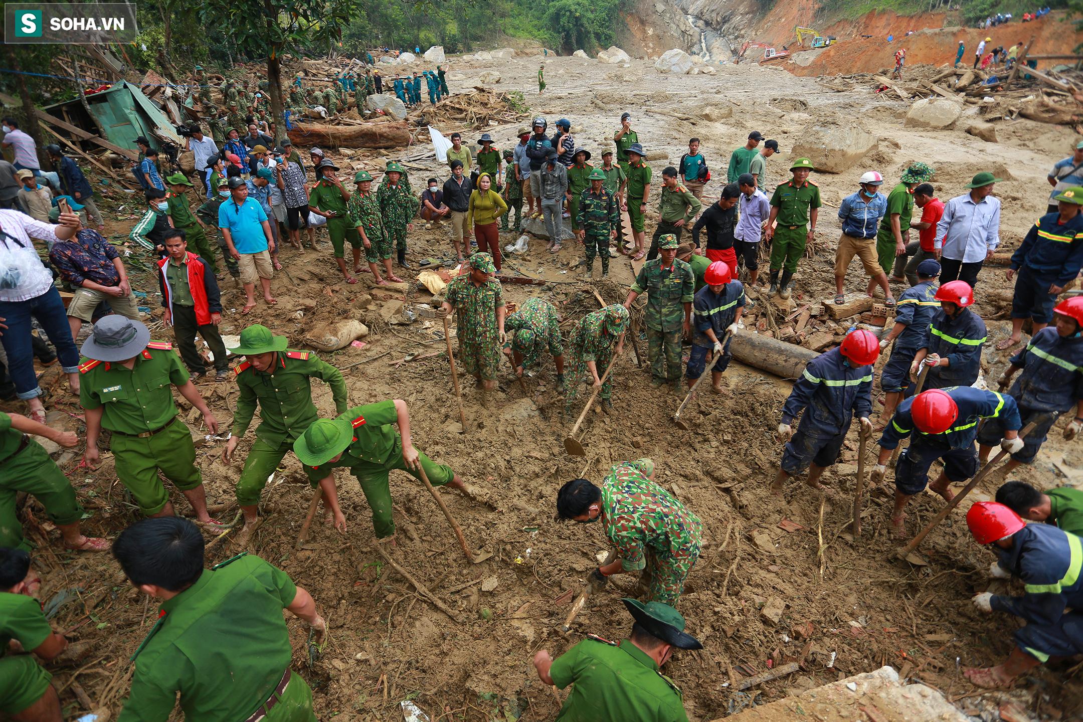 [Ảnh] Dân làng khóc nghẹn khi tìm thấy bé trai 10 tháng tuổi dưới lớp bùn đất vụ sạt lở ở Trà Leng - Ảnh 1.