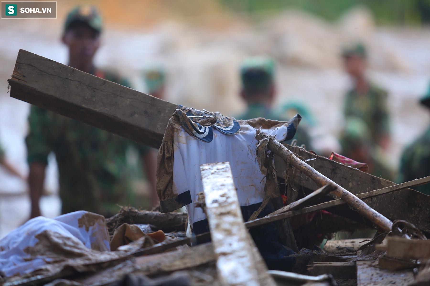 [Ảnh] Những thứ còn sót lại dưới đống hoang tàn ở vụ sạt lở Trà Leng sau 48 giờ tìm kiếm - Ảnh 11.
