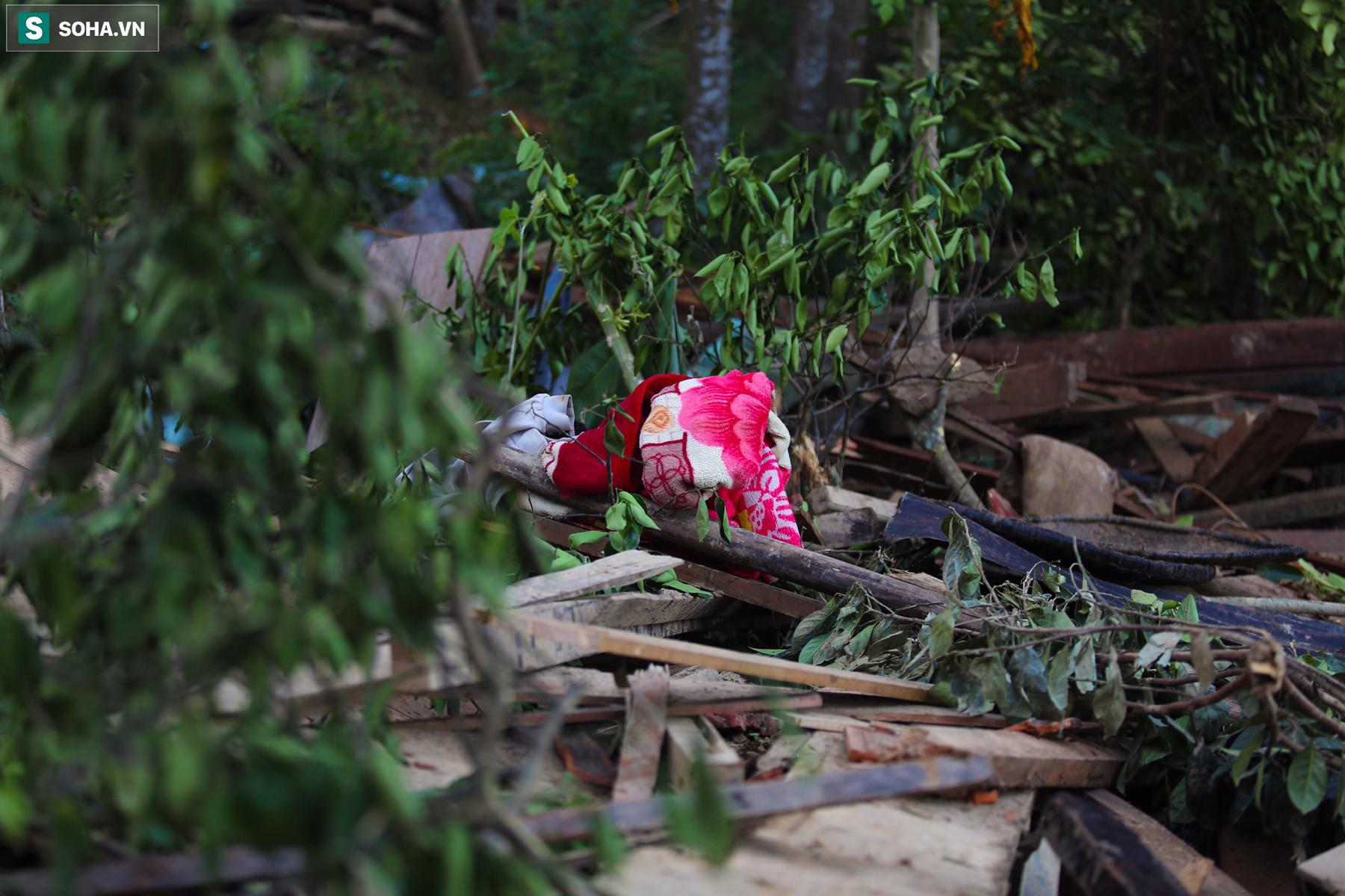 [Ảnh] Những thứ còn sót lại dưới đống hoang tàn ở vụ sạt lở Trà Leng sau 48 giờ tìm kiếm - Ảnh 7.