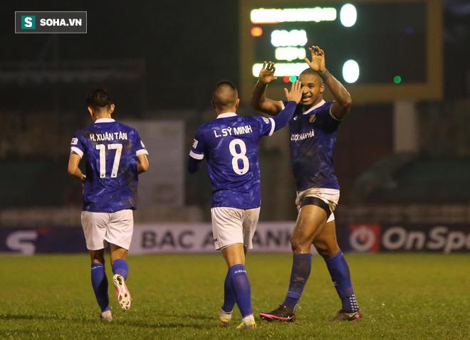 Cuộc đua trụ hạng kịch tính đến giây cuối, Nam Định ở lại V.League với kịch bản điên rồ - Ảnh 4.