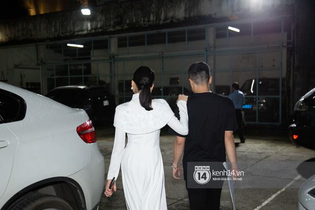 Trai trẻ Lâm Bảo Châu ngồi chờ sẵn, đích thân lái xe đưa Lệ Quyên ra về ngay sau khi diễn xong - ảnh 2
