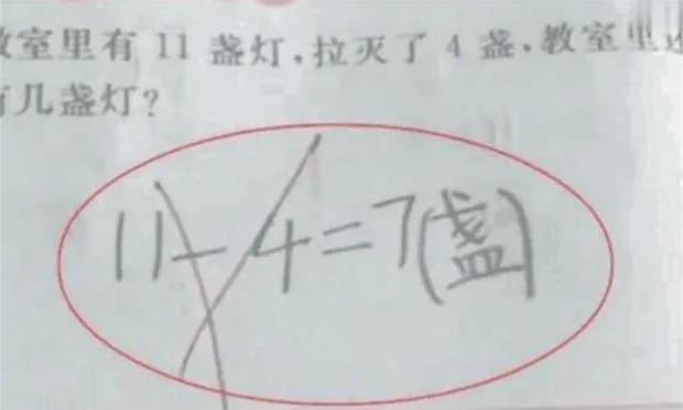Người mẹ chắc nịch 11 - 4 = 7 là đúng, đến khi giáo viên giải thích đành ngậm ngùi thừa nhận tính sai - Ảnh 1.