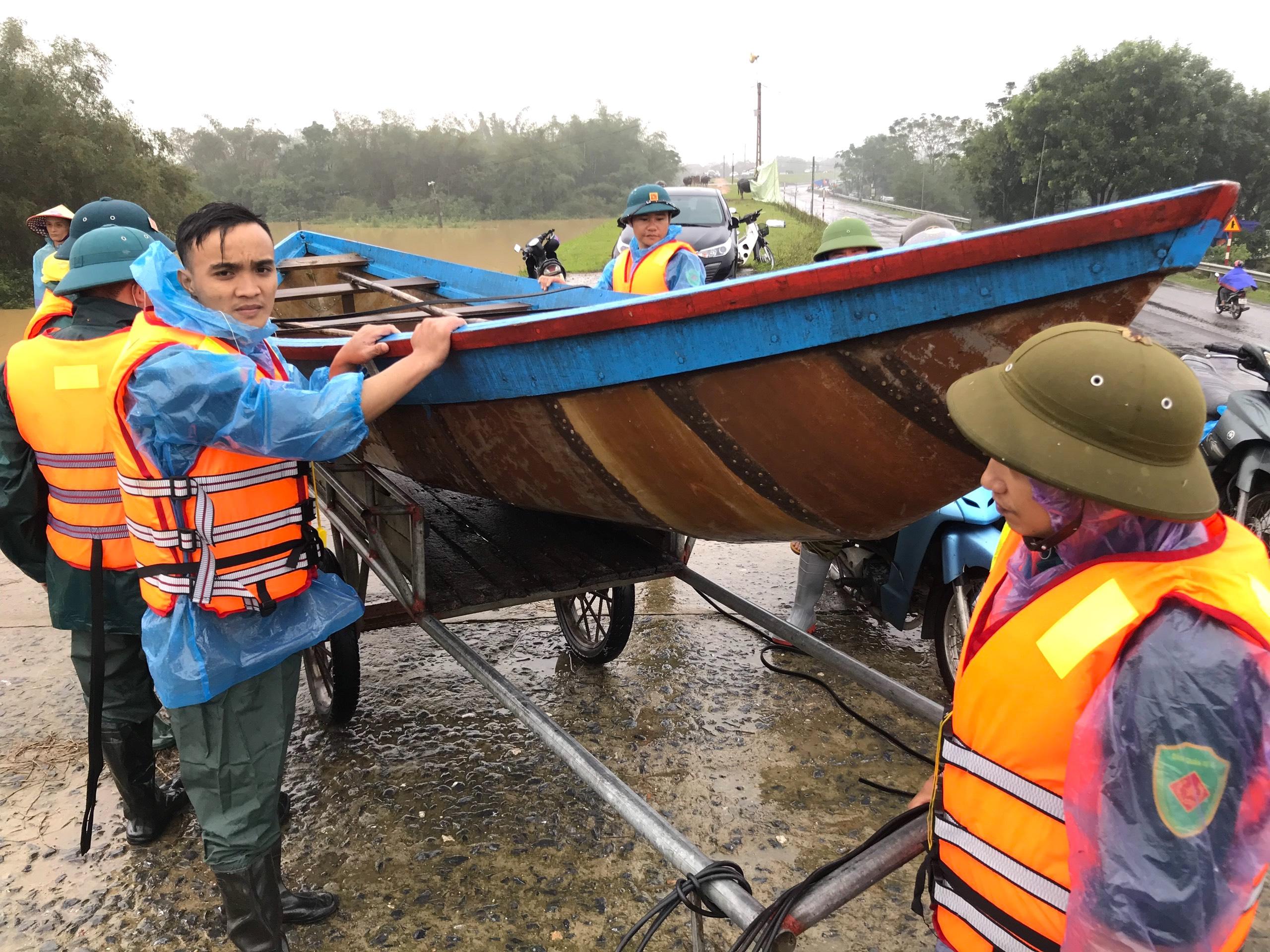 Nghệ An: Người dân ven sông phải lên đê dựng lều cho trâu bò trú ẩn - Ảnh 20.