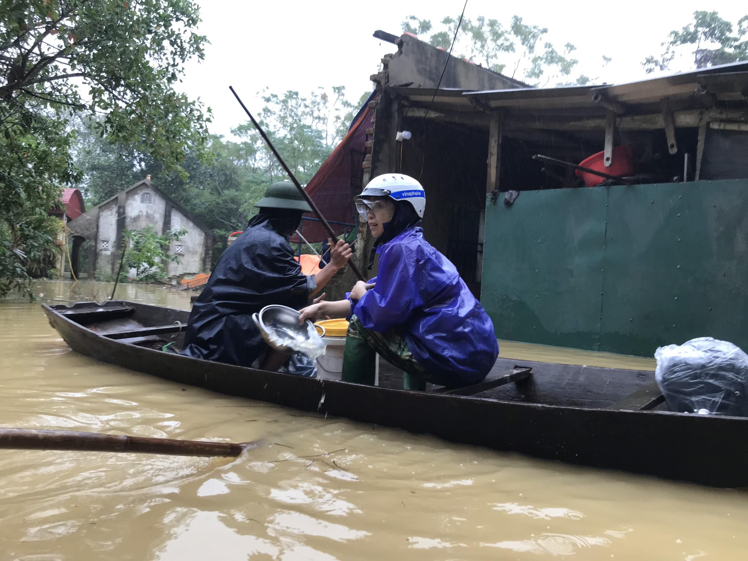 Nghệ An: Người dân ven sông phải lên đê dựng lều cho trâu bò trú ẩn - Ảnh 4.