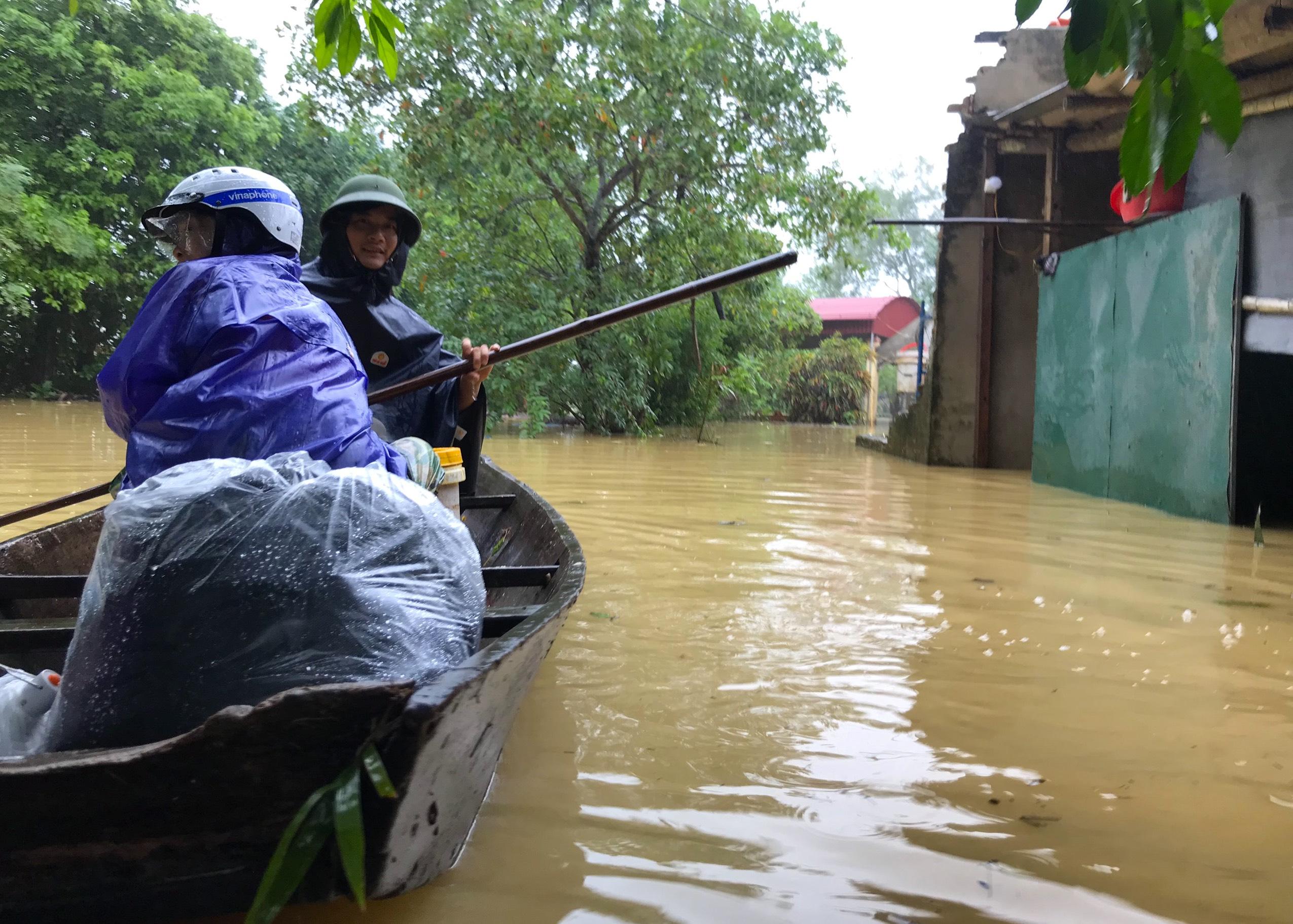 Nghệ An: Người dân ven sông phải lên đê dựng lều cho trâu bò trú ẩn - Ảnh 9.