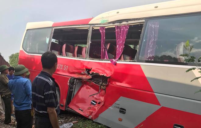 Clip: Khoảnh khắc tàu hoả đâm trúng xe 45 chỗ chở học sinh ở Hà Nội  - Ảnh 3.