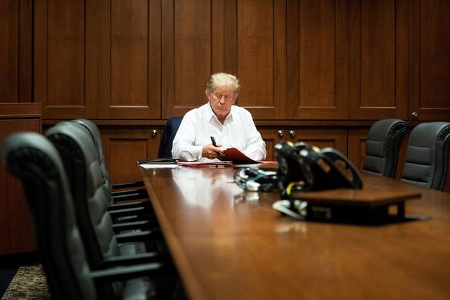 Hé lộ hình ảnh Tổng thống Trump làm việc trong lúc điều trị COVID-19 - Ảnh 1.