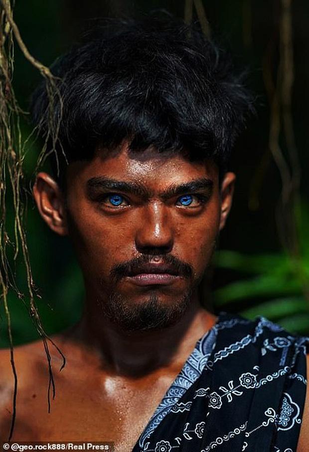 Bộ tộc kỳ bí ở Indonesia với đôi mắt xanh biếc như màu trời, nguyên nhân là do hội chứng lạ mà người ở đây mắc phải - Ảnh 1.