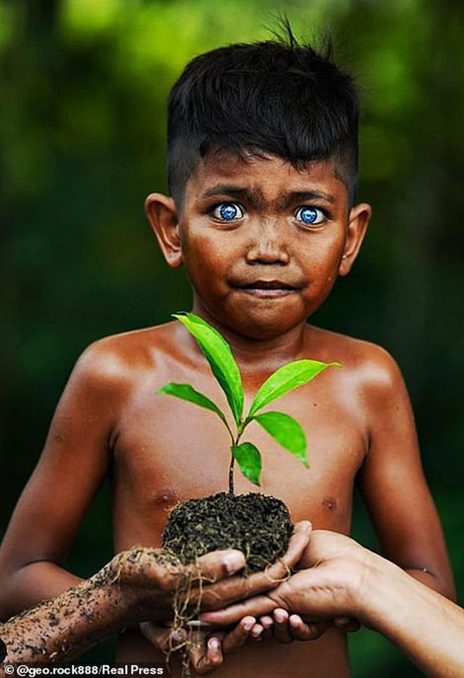 Bộ tộc kỳ bí ở Indonesia với đôi mắt xanh biếc như màu trời, nguyên nhân là do hội chứng lạ mà người ở đây mắc phải - Ảnh 2.