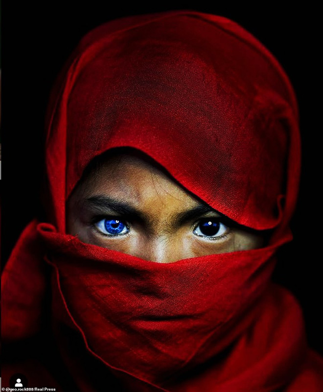 Bộ tộc kỳ bí ở Indonesia với đôi mắt xanh biếc như màu trời, nguyên nhân là do hội chứng lạ mà người ở đây mắc phải - Ảnh 3.