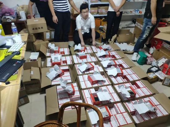 Nhóm tội phạm Trung Quốc hô biến điện thoại cũ thành smartphone Huawei, nửa năm bán hơn 7.000 chiếc - Ảnh 1.