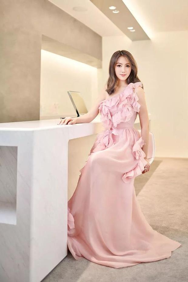 Hội bạn thân mới của Angela Baby gây choáng Cbiz: Toàn thiên kim gia thế khủng, vợ Huỳnh Hiểu Minh chỉ dám đứng nép - Ảnh 4.
