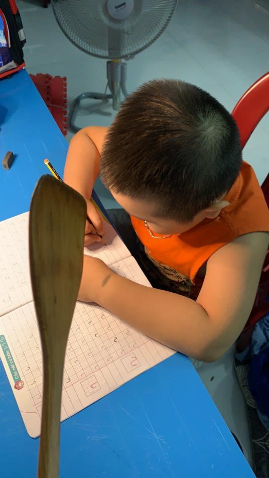 Vào bàn học được 5 phút, tình trạng của cậu bé lớp 1 khiến cả nhà cảm thấy khủng hoảng - Ảnh 4.