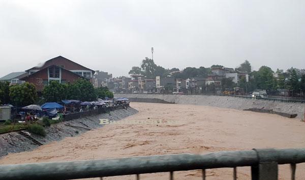 Lào Cai mưa lớn kỷ lục 63 năm qua gây ngập lụt cuốn trôi nhà dân, bé 3 tuổi tử vong - Ảnh 10.