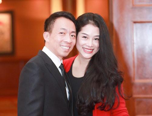 Nhan sắc như hoa hậu của vợ kém 18 tuổi từng định ly hôn với ca sĩ Việt Hoàn - Ảnh 2.