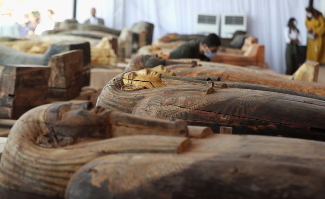 Các nhà khảo cổ Ai Cập mở nắp quan tài chứa xác ướp vẫn còn nguyên vẹn sau 2.500 năm - Ảnh 1.