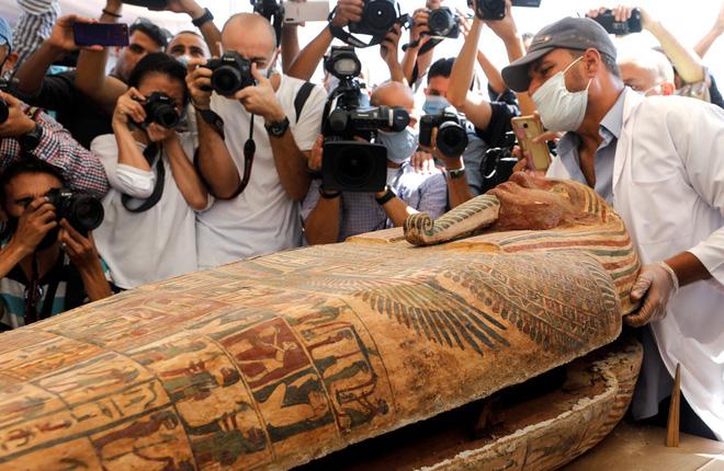 Các nhà khảo cổ Ai Cập mở nắp quan tài chứa xác ướp vẫn còn nguyên vẹn sau 2.500 năm - Ảnh 2.