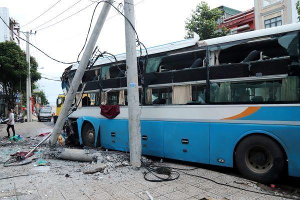 Lâm Đồng: Xe khách tông gãy cột điện, dập nát phần đầu - Ảnh 1.