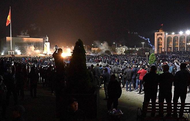 Nhà Trắng Kyrgyzstan cháy dữ dội, bị người biểu tình chiếm đóng - Ảnh 1.