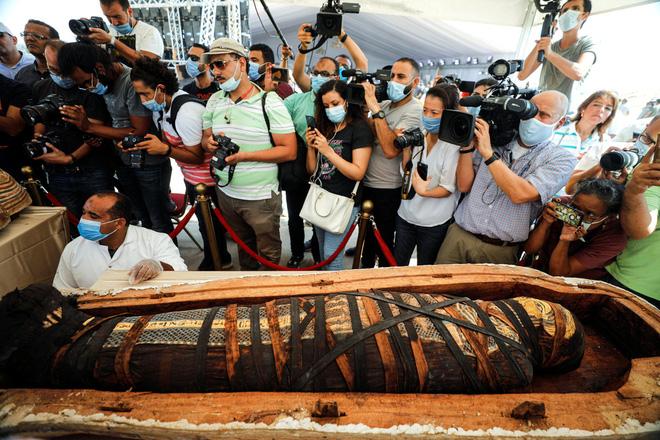 Các nhà khảo cổ Ai Cập mở nắp quan tài chứa xác ướp vẫn còn nguyên vẹn sau 2.500 năm - Ảnh 4.