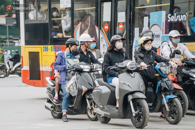 Chùm ảnh: Tiết trời se lạnh, người Hà Nội khoác thêm áo ấm, hưởng trọn không khí mát lành của mùa Thu - Ảnh 1.
