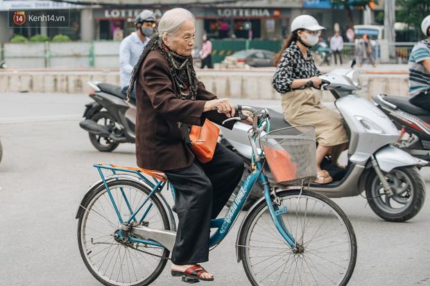 Chùm ảnh: Tiết trời se lạnh, người Hà Nội khoác thêm áo ấm, hưởng trọn không khí mát lành của mùa Thu - Ảnh 3.