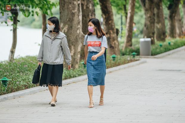Chùm ảnh: Tiết trời se lạnh, người Hà Nội khoác thêm áo ấm, hưởng trọn không khí mát lành của mùa Thu - Ảnh 12.