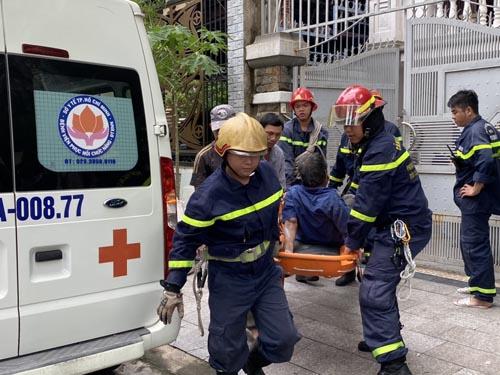 Sơn sửa nhà ba tầng, nam công nhân trượt té xuống mái nhà được gãy xương đùi được cảnh sát ứng cứu ở Sài Gòn - Ảnh 1.