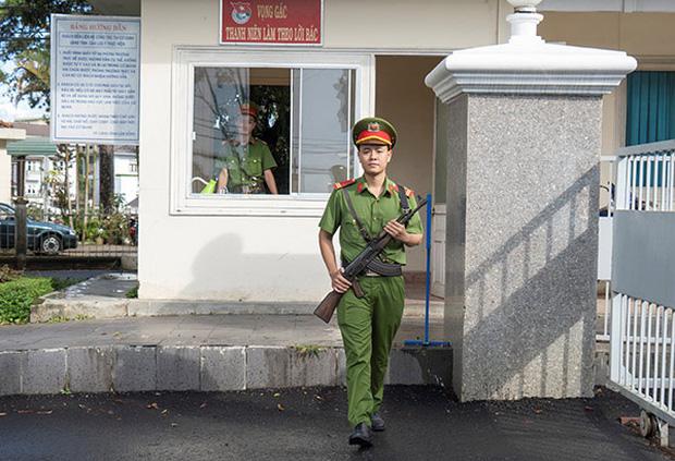 Chiến sĩ Công an nghĩa vụ thủ khoa toàn quốc được thầy giáo vượt 1600 km đến tận nơi tặng iPhone 11 Pro Max - Ảnh 4.