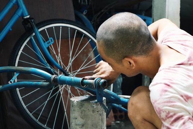 Chàng trai biến xe đạp sắt vụn thành xe mới toanh tặng người nghèo ở Sài Gòn - Ảnh 10.