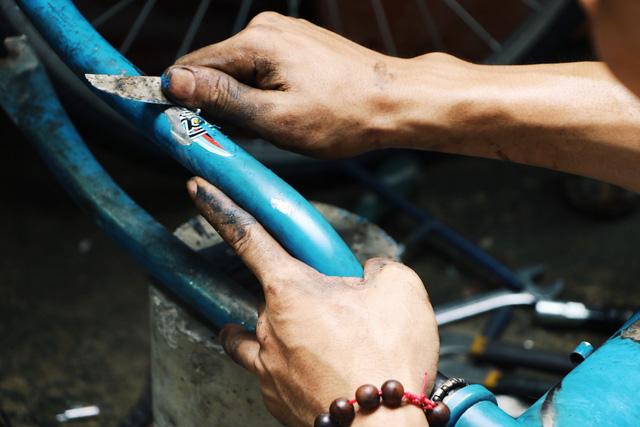 Chàng trai biến xe đạp sắt vụn thành xe mới toanh tặng người nghèo ở Sài Gòn - Ảnh 12.