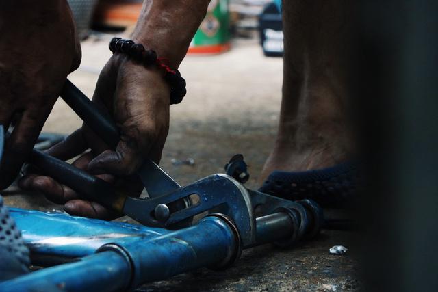 Chàng trai biến xe đạp sắt vụn thành xe mới toanh tặng người nghèo ở Sài Gòn - Ảnh 2.