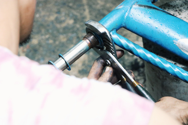 Chàng trai biến xe đạp sắt vụn thành xe mới toanh tặng người nghèo ở Sài Gòn - Ảnh 3.