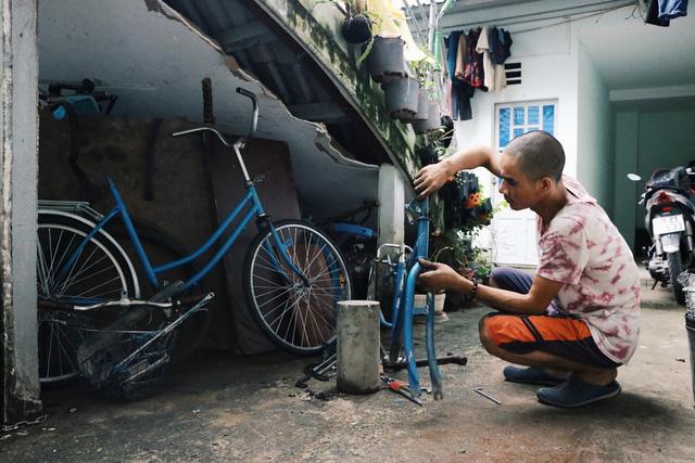 Chàng trai biến xe đạp sắt vụn thành xe mới toanh tặng người nghèo ở Sài Gòn - Ảnh 4.