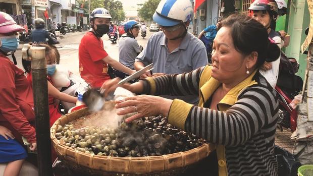 """Người phụ nữ bán ốc luộc hot nhất Sài Gòn bị dân mạng chỉ trích dữ dội vì """"tự phá bỏ lời thề"""", gian dối với khán giả YouTube? - Ảnh 2."""