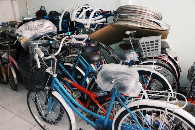 Chàng trai biến xe đạp sắt vụn thành xe mới toanh tặng người nghèo ở Sài Gòn - Ảnh 5.
