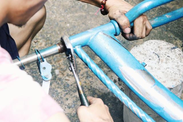 Chàng trai biến xe đạp sắt vụn thành xe mới toanh tặng người nghèo ở Sài Gòn - Ảnh 9.